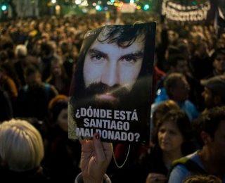 ¿DÓNDE ESTÁ SANTIAGO MALDONADO? ARGENTINA PREGUNTA POR EL 1º DESAPARECIDO DE LA ERA MACRI