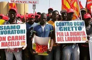 """Huelga de l@s bracer@s inmigrantes en Italia: """"Invisibles para el gobierno, el 21M también en los campos"""""""