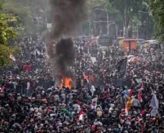 Una agresiva reforma laboral enardece a la clase trabajadora en Indonesia